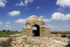 Tomba antica nel cimitero della collina di Makli, blu Skys di Beautidul Fotografia Stock Libera da Diritti