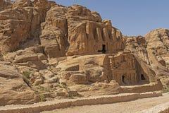 Tomba antica scolpita dalle rocce nel deserto immagini stock