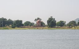 Tomba antica sulla banca di zona umida Mandu immagini stock