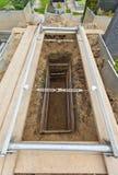 Tomba aperta e vuota in un cimitero Fotografie Stock Libere da Diritti