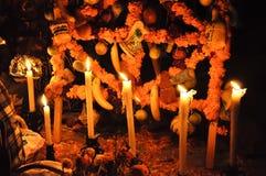 Tomba con le candele Fotografia Stock Libera da Diritti