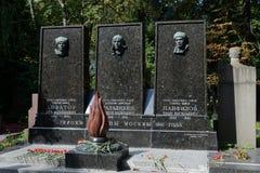 Tomba degli eroi dell'Unione Sovietica Lev Dovator, di Victor Talalikhin e di Ivan Panfilov al cimitero di Novodevichy a Mosca Fotografia Stock Libera da Diritti