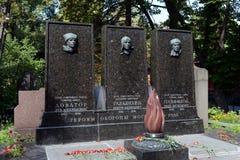 Tomba degli eroi dell'Unione Sovietica Lev Dovator, di Victor Talalikhin e di Ivan Panfilov al cimitero di Novodevichy a Mosca Fotografia Stock