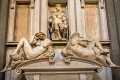Tomba del ` del ` delle sculture e di Giuliano de Medici notte e giorno fotografia stock