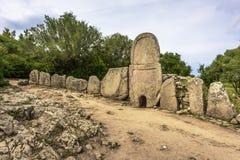 Tomba del ` di Giants di Coddu Vecchiu costruita durante l'età del bronzo dalla civilizzazione nuragic, Doragli, Sardegna, Italia fotografia stock libera da diritti