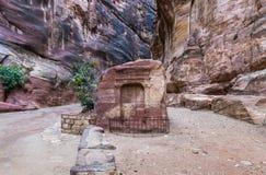 Tomba del dio di Nabatean - Dushara al canyon che conduce al PETRA - la capitale del regno di Nabatean nella città di Wadi Musa i immagini stock