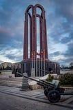 Tomba del soldato sconosciuto con il cannone dell'artiglieria a Bucarest, Romania Fotografie Stock