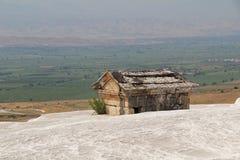 Tomba dell'oggetto d'antiquariato di Hierapolis sul supporto del travertino in Pamukkale Denizli, Turchia fotografie stock libere da diritti