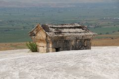 Tomba dell'oggetto d'antiquariato di Hierapolis sul supporto del travertino in Pamukkale Denizli, Turchia fotografie stock