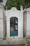 Tomba della famiglia che vede le urne fotografie stock libere da diritti