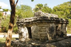 Tomba della pietra a Xcaret, Messico fotografia stock libera da diritti