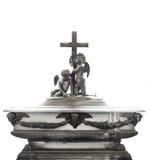 Tomba dettagliata con le decorazioni, gli angeli e l'incrocio fatti della pietra su un fondo bianco Immagine Stock