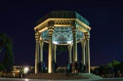 Tomba di Hafez il grande poeta iraniano a Shiraz alla notte fotografie stock
