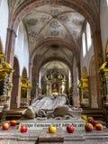 Tomba di Hermann Joseph di Steinfeld con le mele, un san di Premonstratensian nella basilica di Steinfeld, abbazia di Steinfeld,  immagini stock