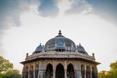 Tomba di Isa Khan a Delhi, India immagine stock