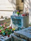 Tomba di Jim Morrison nel cimitero di Pere-Lachaise, Parigi Ogni anno i fan di migliaia e gli ospiti curiosi vengono a rendere l' fotografia stock