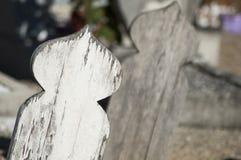 tomba di legno in cimitero musulmano fotografia stock libera da diritti