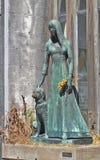 Tomba di Liliana Crociati de Szaszak in suo vestito da sposa, con il suo cane Sabu, statua da Wifredo Viladich Stile neogotico fotografia stock