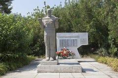Tomba di massa dei soldati sovietici che sono morto nelle battaglie con gli invasori fascisti nello stabilimento di Dzhemete, Ana immagine stock