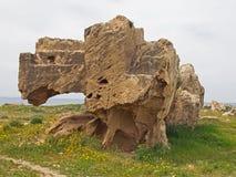 Tomba di pietra scolpita esposta con i punti nella tomba dell'area di re in paphos Cipro fotografie stock