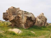 Tomba di pietra scolpita esposta con i punti nella tomba dell'area di re in paphos Cipro immagine stock