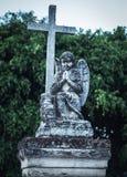 Tomba di un bambino con un cherubino e un incrocio fatti con marmo immagine stock libera da diritti