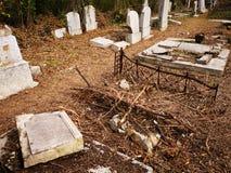 Tomba ebrea distrutta - la pietra di sepoltura si è capovolta fotografia stock