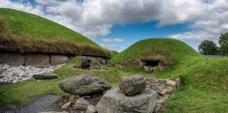 Tomba neolitica del passaggio di Knowth, monticello principale in Irlanda fotografia stock
