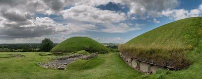 Tomba neolitica del passaggio di Knowth, monticello principale in Irlanda fotografia stock libera da diritti