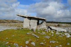 Tomba portale di pietra di Poulnabrone in Irlanda Fotografie Stock