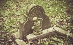 Tombe abandonnée et oubliée dans un cimetière photo libre de droits