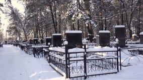 Tombe al cimitero o al cimitero cristiano nell'inverno, Bobruisk, Bielorussia 01 12 19 video d archivio