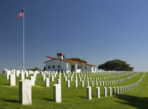 Tombe bianche nel cimitero nazionale di Rosecrans, San Diego, California, U.S.A. Fotografia Stock Libera da Diritti