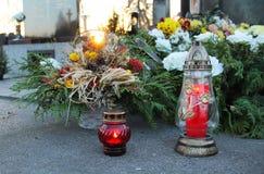 Tombe décorée le soir images libres de droits