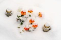 Tombe d'hiver dans le cimetière images stock