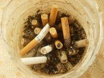 Tombe de cigarette photographie stock
