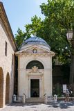 Tombe de Dante Alighieri cachée sur l'extrémité de la rue italienne étroite images libres de droits