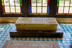 Tombe de marbre par les fenêtres Image stock