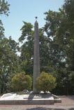 Tombe de masse avec un stele commémoratif sur la colline des héros dans le village Lazarevskoe, Sotchi Photo libre de droits