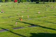 Tombe del veterano con le piccole bandiere americane Fotografie Stock Libere da Diritti
