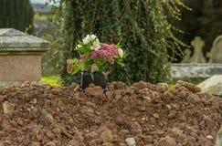 Tombe fraîchement creusée dans le cimetière images stock