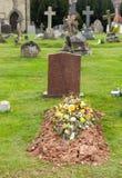 Tombe frais creusée dans le cimetière photographie stock libre de droits