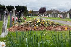 Tombe frais creusée dans le cimetière photos libres de droits