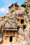 Tombe nella roccia alta le montagne. Fotografia Stock Libera da Diritti