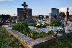 Tombe/pierre tombale dans le cimetière/cimetière Tout le jour de saints/tout sanctifie/1er novembre Photos libres de droits
