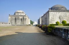 Tombe situate nel complesso di Haft Gumbaz, Santraswadi, Gulbarga, il Karnataka immagine stock libera da diritti