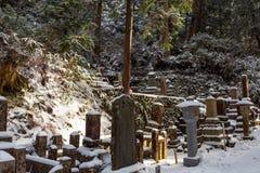 Tombe sotto la neve nel cimitero di Okunoin, Koyasan nella regione del Monte Koya, patrimonio mondiale dell'Unesco, prefettura di immagini stock libere da diritti