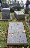 Tombe sur un cimetière. Image libre de droits