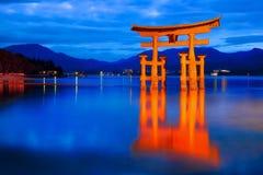 Tombeau d'Itsukushima et heure bleue Photographie stock libre de droits