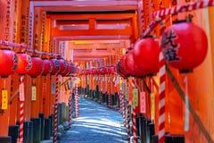 Tombeau de Fushimi Inari-taisha Portes vermillonnes innombrables de Torii de milliers sur une colline photo libre de droits